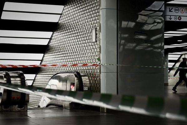 Un voyageur passe à proximité d'une section du métro parisien fermée en raison de la grève contre la réforme des retraites, le 23 décembre (illustration).