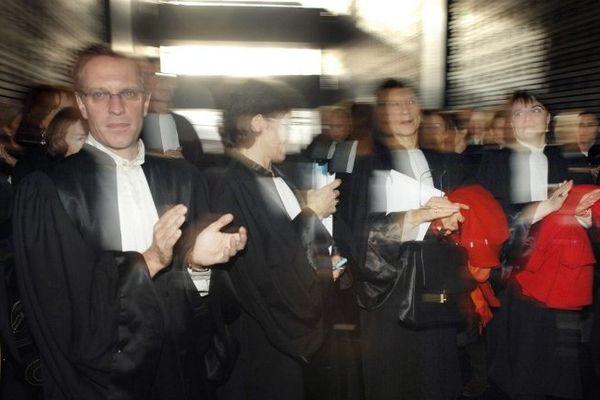 Des avocats du barreau de Nantes rassemblés dans la salle des pas perdus du palais de justice de Nantes dans le cadre d'une journée nationale de mobilisation le 29 novembre 2007