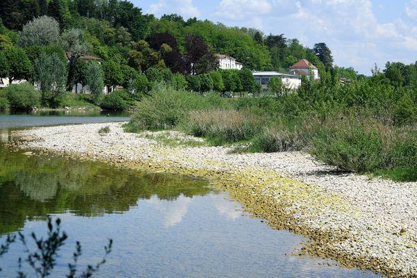 Photo d'illustration : La rivière de l'Ain s'est retirée au fond du trou de sa source, à Nozeroy (Jura) 24 avril 2020 .