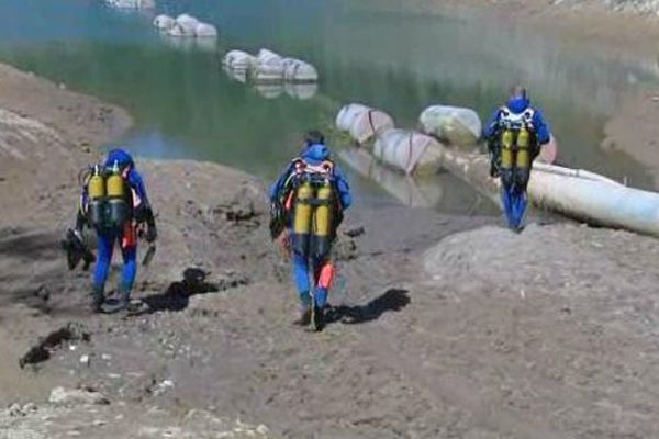 Recherches au lac haut de Vins-sur-Caramy, par les plongeurs de la brigade nautique.