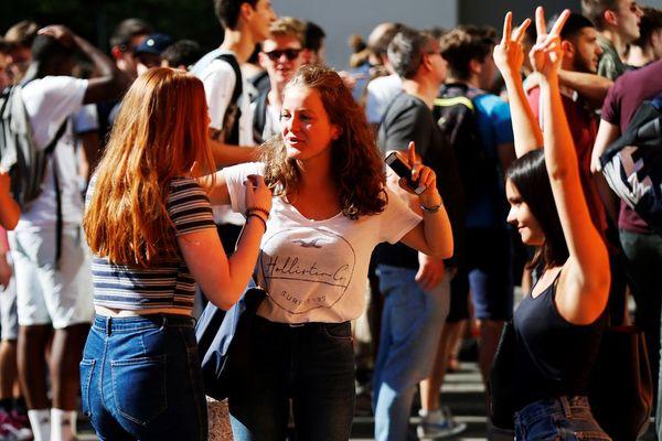 La joie des néo-bachelières aux lycée Malherbe de Caen ce vendredi 6 juillet 2018