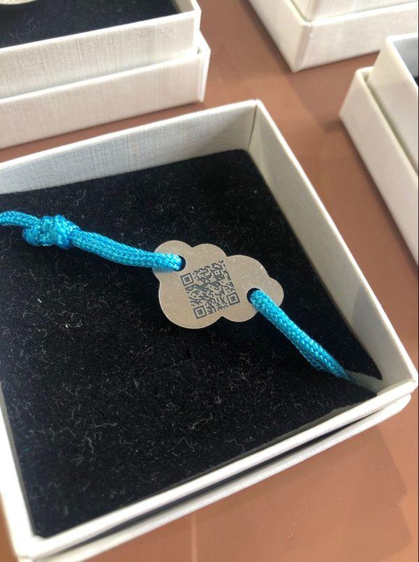 Il existe une gamme de bracelets connectés Qoeur pour enfants, en forme de nuage.