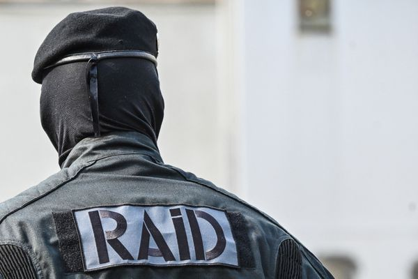 Un homme a tiré sur des policiers de la BAC d'Agde ( Hérault) lorsd'une intervention dans le cadre de violences sur son ex-concubine. Il a fallu l'intervention du RAID pour le maîtriser.