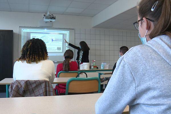 Dans cette classe, un temps d'échange entre les élèves et une représentante de la justice sur le thème des violences que peuvent subir les femmes.