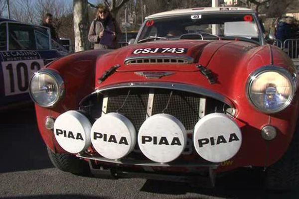 un des véhicules qui participe au Rallye Monte-Carlo historique