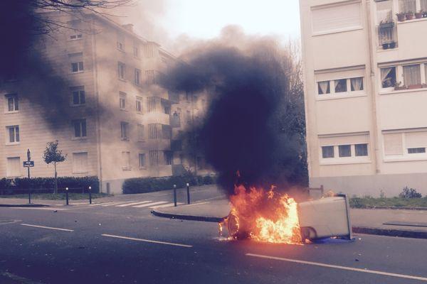 Une poubelle en feu en marge du blocage du lycée Monge La Chauvinière, le 17 mars 2016.