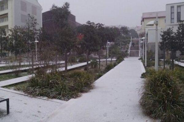 Quelques centimètres de neige ont recouvert les allées de cette résidence