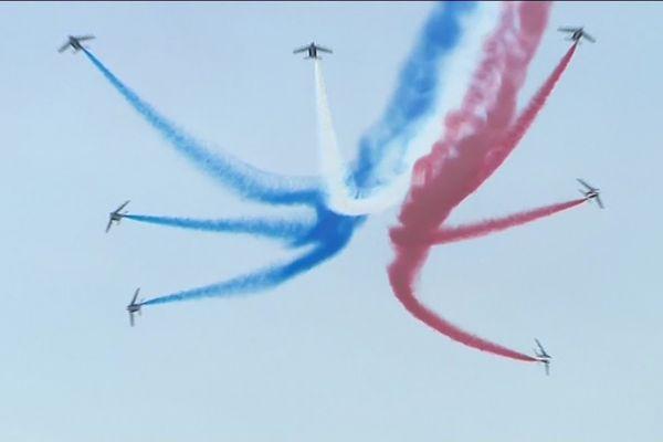 La patrouille de France (PAF) en pleine démonstration au dessus de l'aéroport de Deauville.