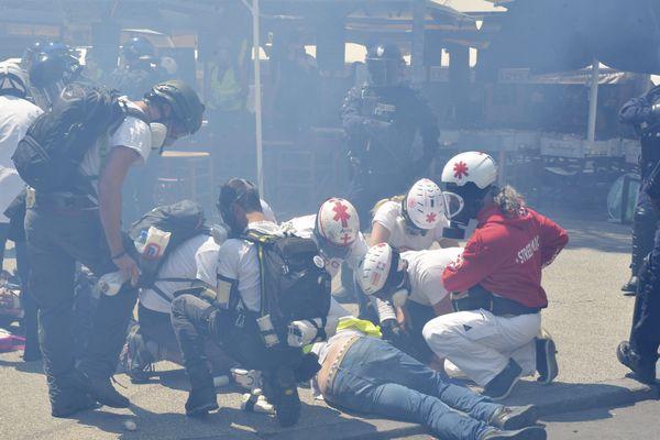 Des street-medics soignant un blessé samedi à Montpellier