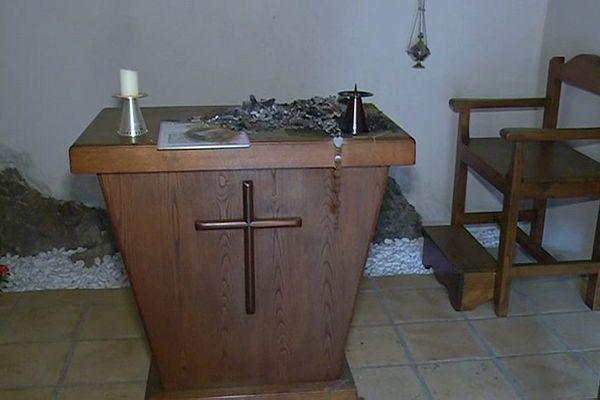 La chapelle Sainte Rita à Omessa en Haute-Corse a été vandalisée le 6 février. La porte a été forcée et sur l'autel, des cartons et un chapelet ont été déposés et incendiés.