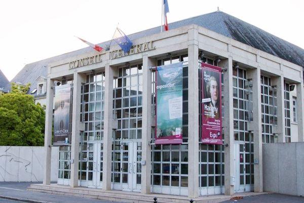 Rendez-vous est donné devant le Conseil départemental du Loir-et-Cher