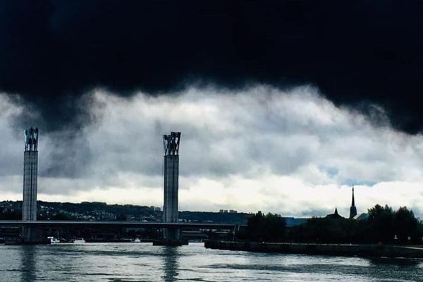 Au lever du jour, Rouen sous une fumée noire