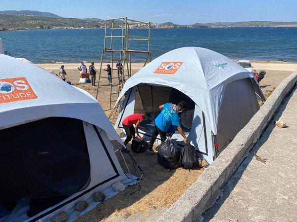 Les familles poursuivent... leur exil, face à la mer, cruellement bleue d'azur