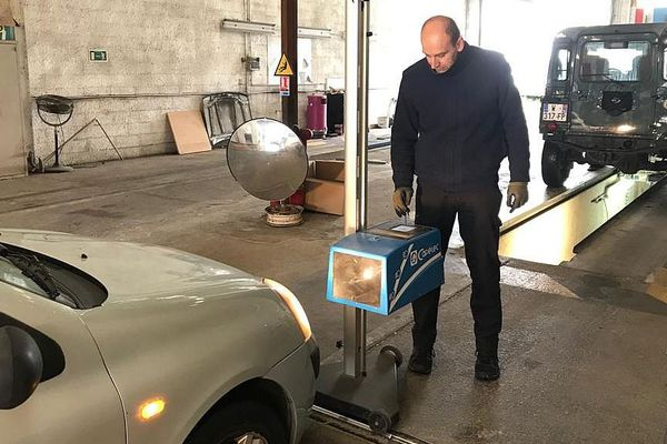 Pendant la crise sanitaire, de rares centres de contrôle technique de véhicules sont restés ouverts comme celui du Crès, près de Montpellier dans l'Hérault.