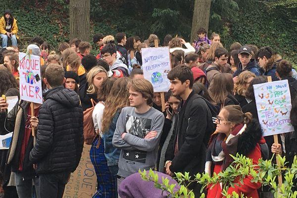 Des jeunes rassemblés au parc du Thabor avant que la manifestation ne commence