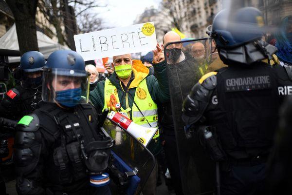 """Des centaines de manifestants réunis à Paris contre la loi """"Sécurité globale"""" ce samedi."""