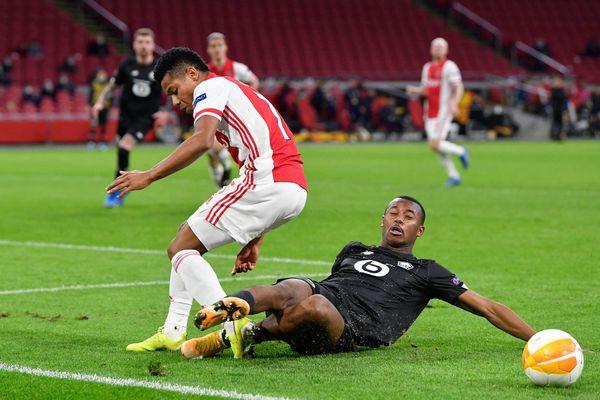 Le défenseur lillois Tiago Djalo (en noir), le 25 février contre l'Ajax Amsterdam.