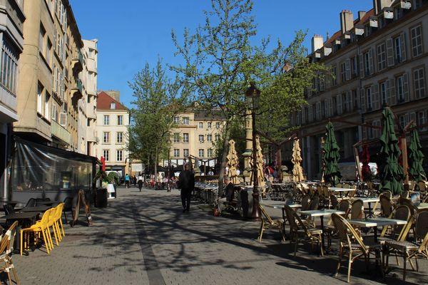 Le centre Saint-Jacques donne sur son côté ouest sur la place Saint-Jacques, dans l'hyper-centre de Metz (Moselle).
