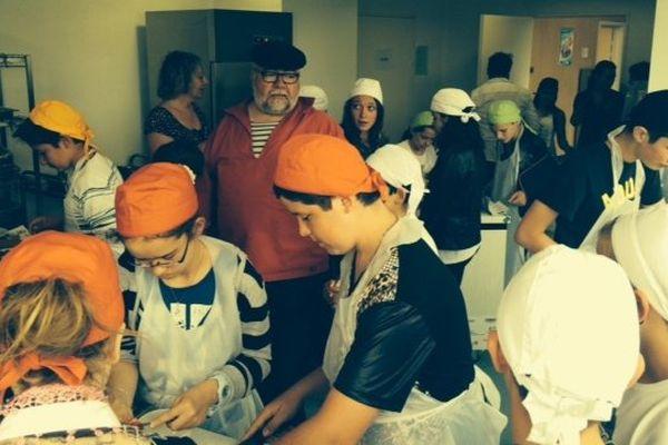Les collégiens de Gémozac en plein concours de cuisine.