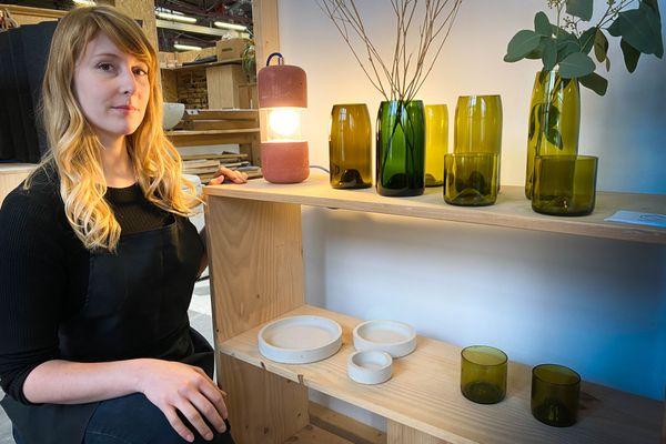 Jennifer Gaspard avec ses créations en béton et verre, des objets uniques réalisés à la main