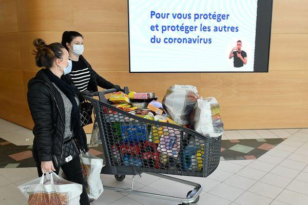 Les Français font des réserves avant de se confiner chez eux. Photo d'illustration.