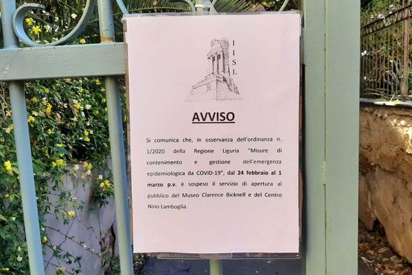 Une affiche annonce la fermeture du musée Clarence Bicknell de Bordighera, en Italie.