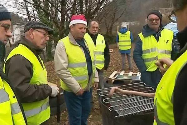 Certains manifestants ont prévu de se retrouver sur ce rond-point pour fêter Noël ensemble.