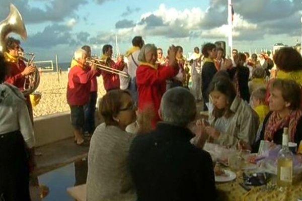 Pour l'occasion des tables géantes avaient été installées sur le front de mer.
