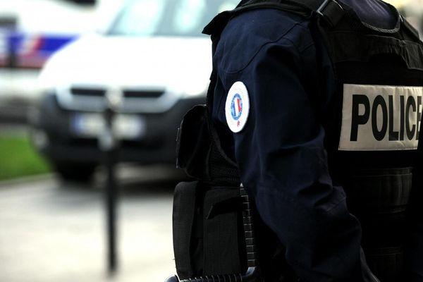 Un homme vêtu d'un uniforme de police. Photo AFP