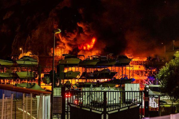 17/12/2019. Violent incendie à l'Estaque, une quarantaine de bateaux détruits à Marseille (Bouches-du-Rhône).