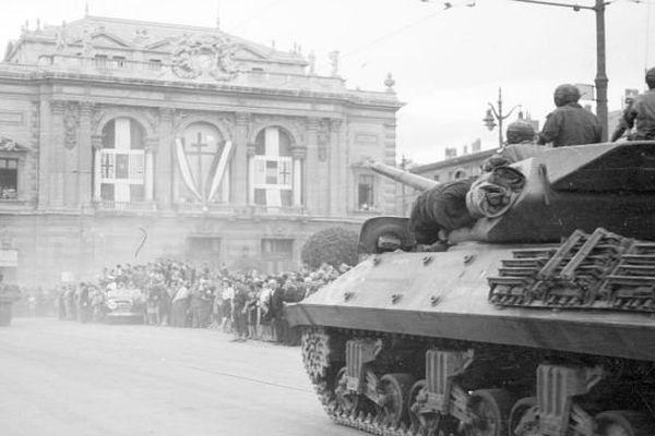 Montpellier, 31 août 1944 - Un char TD M 10 (Tank Destroyer) du 2e RD (Régiment de Dragons) passe devant l'opéra municipal de Montpellier, place de l'Oeuf, lors du défilé de la Libération.