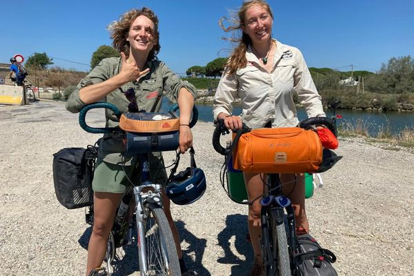 Pour sensibiliser à la pollution en mer Méditerranée, Annaëlle Marot et Solène Chevreuil ont décidé de rallier à vélo Marseille à Barcelone tout en organisant des ramassages de déchets. Leur but : quantifier la masse des déchets sur les berges et les plages et alerter les pouvoirs publics.