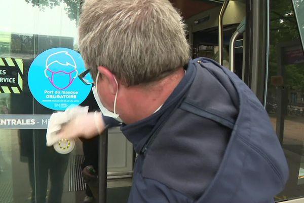 Des agents désinfectent régulièrement les postes des conducteurs et des zones contacts dans les rames