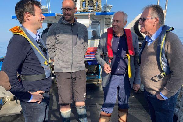 Peter van Dalen (avec un gilet de sauvetage rouge) à bord du bateau d'un pêcheur d'Erquy, ce mardi matin, en baie de Saint-Brieuc