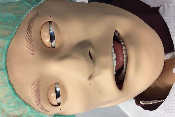 Le faux patient réagit aux soins pratiqués et peut simuler des complications.