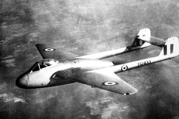 Le De Havilland DH100 Vampire F.B.Mk.5 était un petit monoplace bipoutre, premier avion à réaction à doter l'armée française en 1949