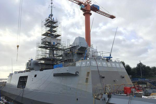 A quai dans le chantier de Naval Group, la frégate sera armée avant de partir en mer pour des essais.