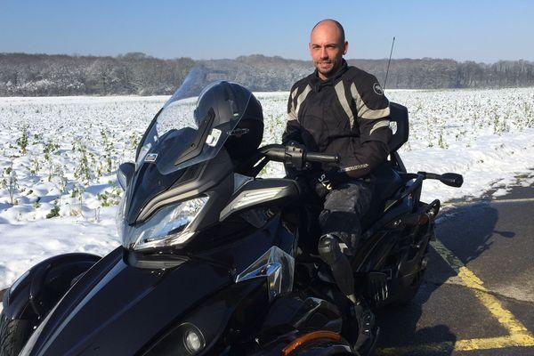 Cooper a été amputé des deux jambes en 2016. Depuis novembre, il a retrouvé les sensations de la moto.