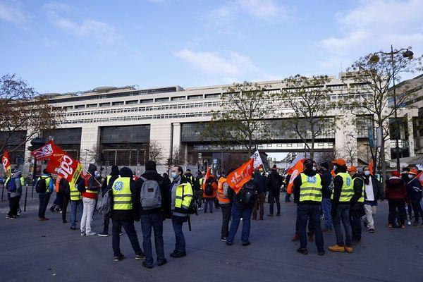 Des salariés Grid (Général Electric) devant Bercy ce mardi 1er décembre....