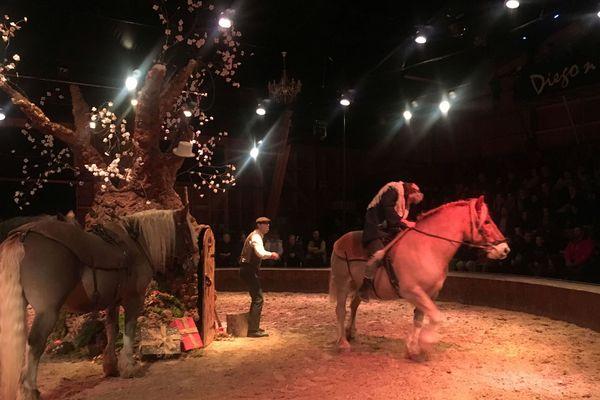 Un spectacle de théâtre équestre est présenté à Ruynes-en-Margeride, dans le Cantal.