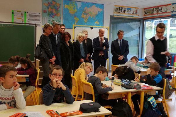 Le ministre de l'Education nationale, Jean-Michel Blanquer, a assisté à une dictée à l'école de Perpezat (Puy-de-Dôme) lundi 8 janvier.