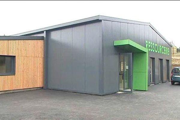 La ressourcerie d'Ambert a déménagé dans un bâtiment flambant neuf de 500m² à Saint-Amand-Roche-Savine. Il est quatre fois plus grand que le précédent pour proposer plus d'objets à la vente.