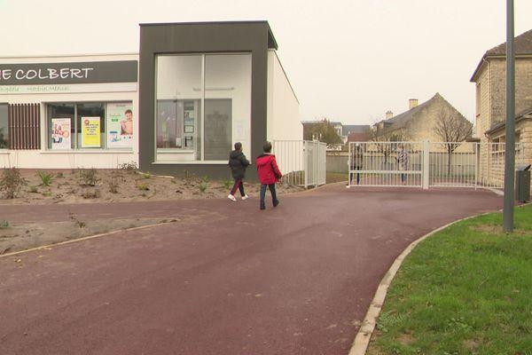 Une école avec 4 enseignants malades et rien n'a été dit aux parents, ce lundi 2 élèves sont positifs.