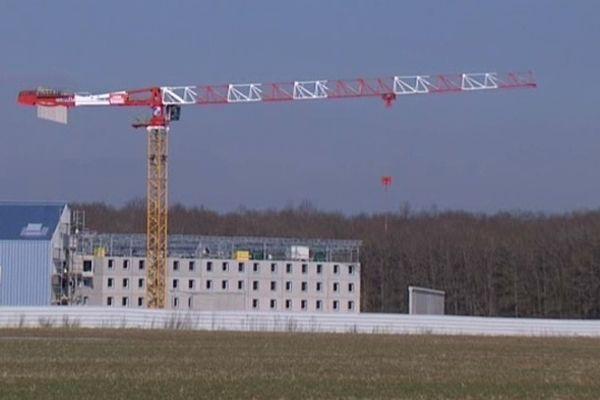 Le site de la future maison d'arrêt de Saran s'étend sur 18 hectares. Le centre pénitentiaire a été conçu pour accueillir 768 détenus. pour la surveillance, 250 agents pénitentiaires seront recrutés La mise en service prévue au printemps 2014