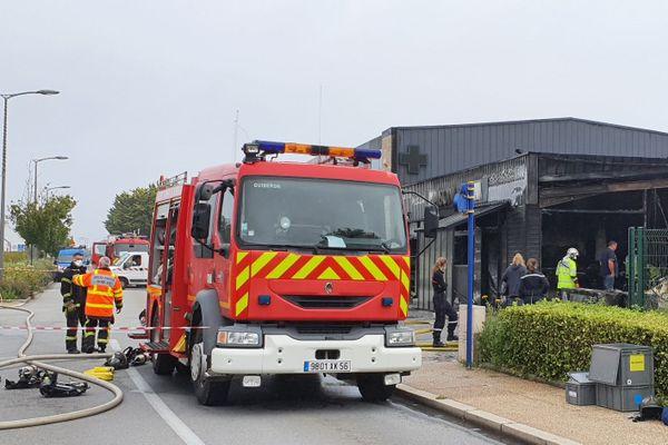 Les pompiers en intervention à la suite d'un incendie à Quiberon, qui a touché plusieurs commerces