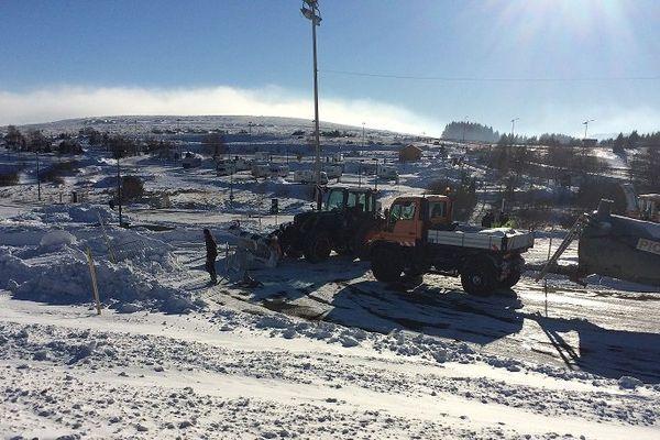 Les techniciens ont besoin de 15 jours pour préparer les pistes verglacées où s'élanceront les pilotes le 28 janvier 2017 à Super Besse (Puy-de-Dôme).