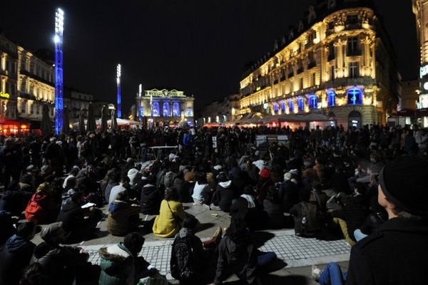 """Près de 500 personnes sur la place de la Comédie à Montpellier pour la """"Nuit debout"""" - 16 avril 2016"""