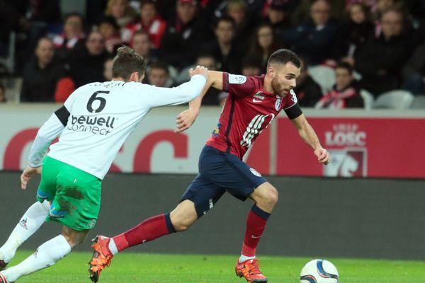 Marvin Martin, alors lillois, à la lutte avec un stéphanois lors du match de ligue 1 au stade Pierre Mauroy le 30 novembre 2015