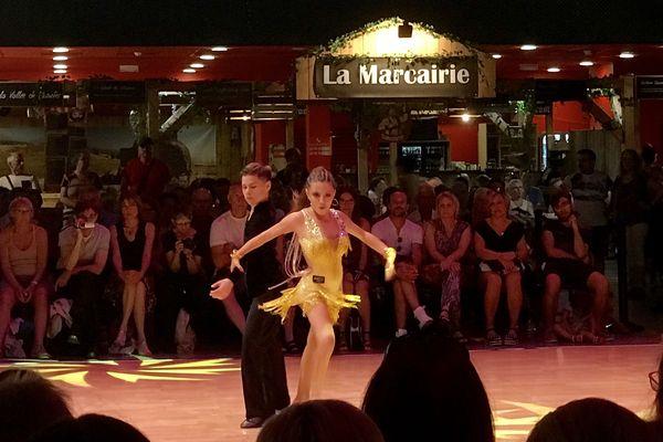 Alexey et Alessio dansent une samba devant un public conquis.