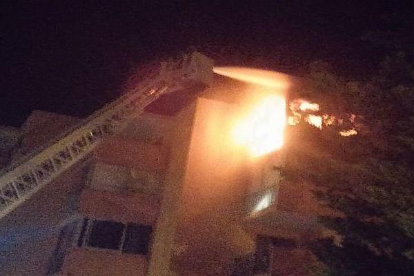 Grau-du-Roi (Gard) - les pompiers interviennent avec la grande échelle pour évacuer les habitants - 28 juillet 2015.